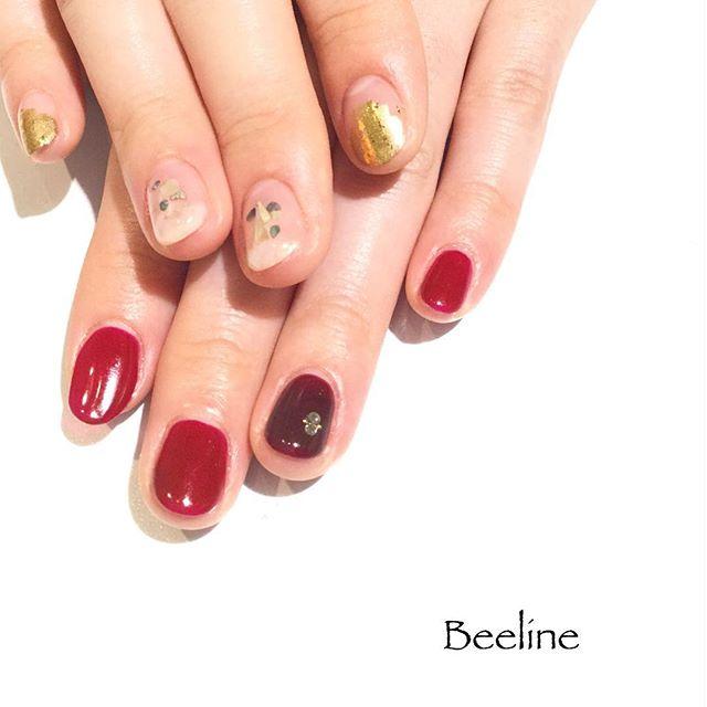 お客様ネイル左右別々のデザインのアシンメトリーネイル️左手は濃さの違う赤でストーンもシンプルに右手はゴールドがキラキラ可愛いです