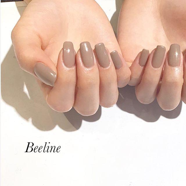 スタッフネイルスクエアの形がすごく似合う美爪のスタッフワンカラーネイルも素敵️